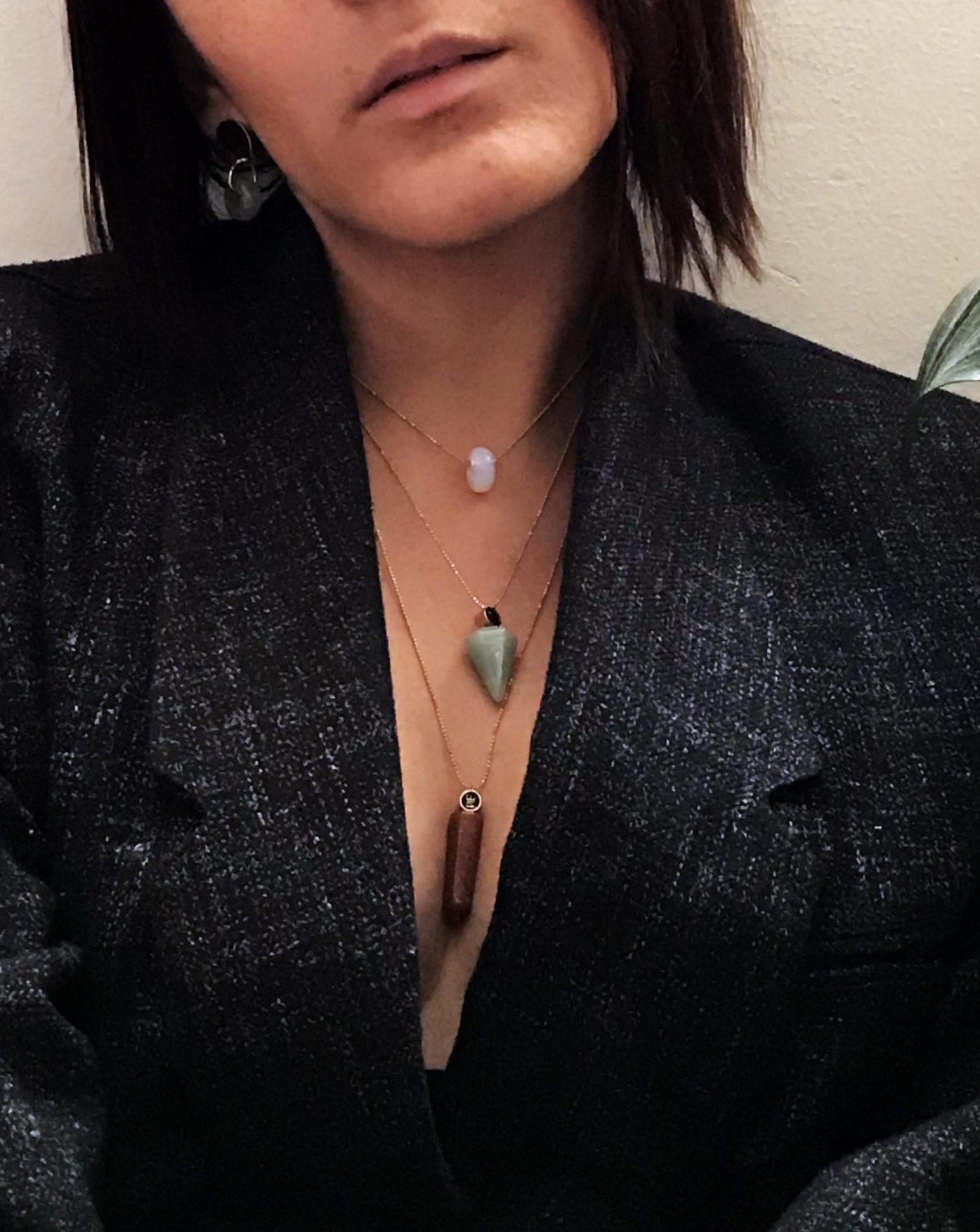 Nabile usando los tres tamaños de collares disponibles segun la forma del cuarzo.